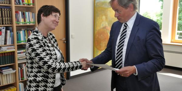 Prof. Franziska Gassmann shakes hands with Prof. Hartmut Ihne
