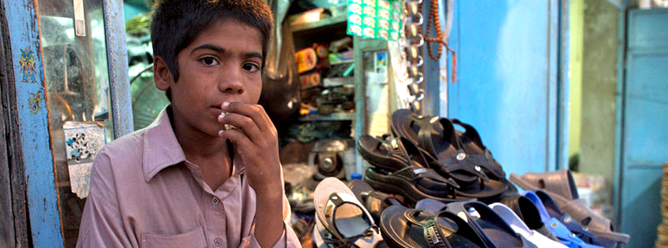 UNICEF Iran: Boy selling shoes in Chabahar